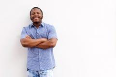 Szczęśliwy młody czarny facet ono uśmiecha się przeciw biel ścianie Obraz Royalty Free
