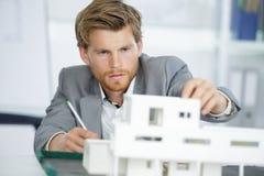 Szczęśliwy młody męski architekt tworzy modela dom Zdjęcia Stock
