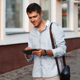 Szczęśliwy młody męski kierownictwo używa cyfrową pastylkę Fotografia Royalty Free