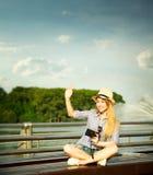 Szczęśliwy Młody modniś dziewczyny falowanie Cześć zdjęcie stock