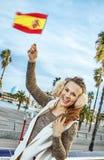 Szczęśliwy młody monger w Barcelona, Hiszpania wydźwignięcia flaga obraz royalty free