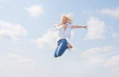 Szczęśliwy młody piękno w niebie obrazy royalty free