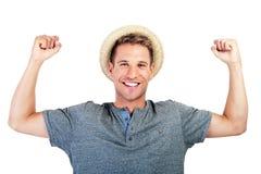 Szczęśliwy młody przypadkowy mężczyzna z kapeluszem Zdjęcie Royalty Free