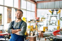 Szczęśliwy Młody robociarz Pozuje przy fabryką zdjęcie stock
