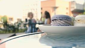 Szczęśliwy młody rodzinny opowiada łasowania śniadanie pije ranek kawę wpólnie zdjęcie wideo