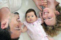 Szczęśliwy młody rodzinny portret Zdjęcie Royalty Free