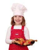 Szczęśliwy mała dziewczynka kucharz z kurczaków drumsticks Zdjęcie Stock