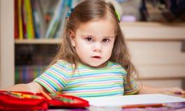 Szczęśliwy mała dziewczynka rysunek z ołówkami obraz royalty free