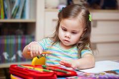 Szczęśliwy mała dziewczynka rysunek z ołówkami fotografia royalty free