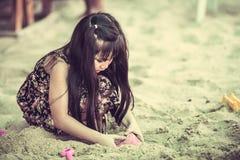 Szczęśliwy małe dziecko bawić się na tropikalnej plaży Obraz Royalty Free