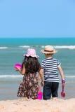 Szczęśliwy małe dziecko bawić się na tropikalnej plaży Obrazy Royalty Free