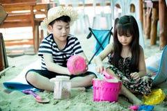 Szczęśliwy małe dziecko bawić się na tropikalnej plaży obrazy stock