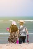 Szczęśliwy małe dziecko bawić się na tropikalnej plaży Zdjęcie Stock