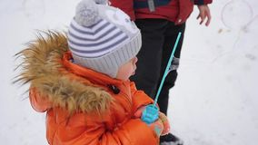 Szczęśliwy małe dziecko dmucha mydlanych bąble w parku zbiory