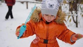 Szczęśliwy małe dziecko dmucha mydlanych bąble w parku zbiory wideo