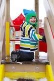 Szczęśliwy małe dziecko na boisku w zimie zdjęcia royalty free