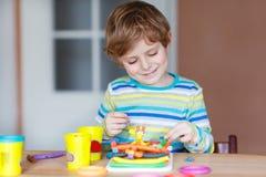 Szczęśliwy małe dziecko, urocza kreatywnie dzieciak chłopiec bawić się z ciastem zdjęcia royalty free