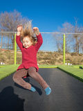 Szczęśliwy małego dziecka doskakiwanie na trampoline Zdjęcia Royalty Free