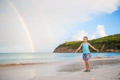 Szczęśliwy małej dziewczynki backgound piękna tęcza nad morzem Piękna tęcza na karaibskiej plaży Zdjęcia Stock