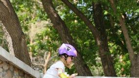 Szczęśliwy małej dziewczynki doskakiwanie od parapet zbiory