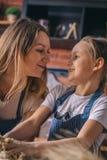 Szczęśliwy małej dziewczynki i matki kucharstwo ugniata zdjęcia stock