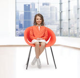 Szczęśliwy małej dziewczynki obsiadanie na projektanta krześle Fotografia Royalty Free