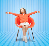 Szczęśliwy małej dziewczynki obsiadanie na projektanta krześle Zdjęcie Royalty Free