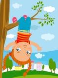 Szczęśliwy małej dziewczynki obwieszenie na gałąź ilustracja wektor