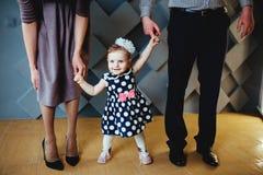 Szczęśliwy małej dziewczynki odprowadzenie z ona rodzice Fotografia Royalty Free