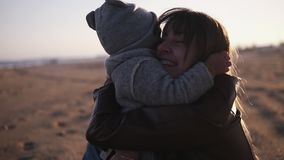 Szczęśliwy mały berbeć biega jej macierzysty przytulenie na jesieni plaży Śliczny dzieciak ściska jego mamy i one spada puszek zdjęcie wideo
