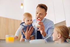 Szczęśliwy mały dziecko bierze butelkę Zdjęcie Stock