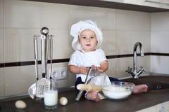 Szczęśliwy mały dziecko w kucbarskiej nakrętce śmia się Fotografia Stock
