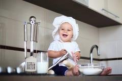 Szczęśliwy mały dziecko w kucbarskiej nakrętce śmia się Obrazy Royalty Free