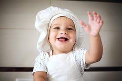 Szczęśliwy mały dziecko w kucbarskiej nakrętce śmia się Zdjęcia Royalty Free
