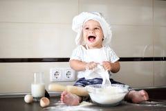 Szczęśliwy mały dziecko w kucbarskiej nakrętce śmia się Zdjęcie Stock