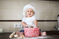 Szczęśliwy mały dziecko w kucbarskiej nakrętce śmia się Fotografia Royalty Free