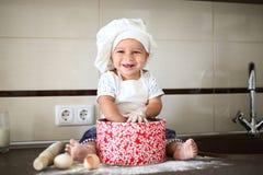 Szczęśliwy mały dziecko w kucbarskiej nakrętce śmia się Zdjęcia Stock