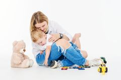 szczęśliwy mały macierzysty syn zdjęcia royalty free