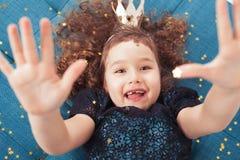 Szczęśliwy mały princess z dziecko zębami fotografia royalty free