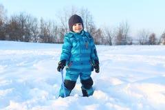 Szczęśliwy mały 4 roku chłopiec z łopatą w zimie outdoors Obrazy Stock