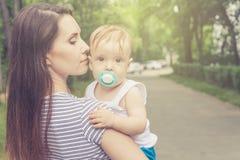 Szczęśliwy macierzysty bawić się z jej dzieckiem w parku Obraz Royalty Free