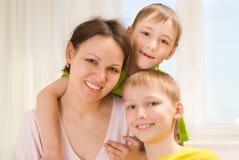 Szczęśliwy macierzysty i jej dzieci obraz royalty free