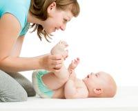 Szczęśliwy macierzysty mieć zabawę z jej dzieckiem Zdjęcie Royalty Free