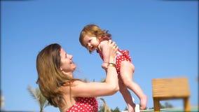 Szczęśliwy macierzysty mienie jej dziewczynka w rękach zbiory