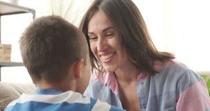Szczęśliwy macierzysty opowiadać z synem zdjęcie wideo