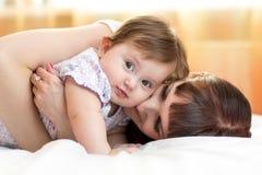 Szczęśliwy macierzysty przytulenie jej dziecko córka fotografia royalty free