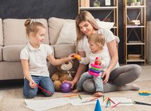 Szczęśliwy macierzysty rysunek z jej dziećmi zdjęcie stock