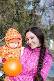 Szczęśliwy mamy i dziecka chłopiec przytulenie w liściach przy spadkiem pojęcie dzieciństwo, rodzinna Piękna matka i dziecko outdo Obraz Stock