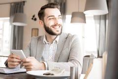 Szczęśliwy marzycielski biznesmen odpoczywa w restauraci fotografia royalty free