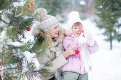 Szczęśliwy mateczny i dzieciak bawić się z choinką Obrazy Stock